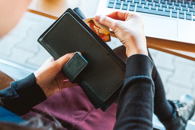 כרטיס אשראי למשיכת כסף מכספומטים בבנקים בתל אביב